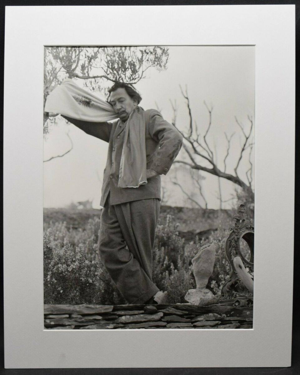 SALVADOR DALI MIT SCHAL - ORIGINAL-PHOTOGRAPHIE ROM 1957 0