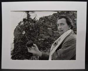 SALVADOR DALI MIT MOHN-BLUME -  ORIGINAL-PHOTOGRAPHIE ROM 1957