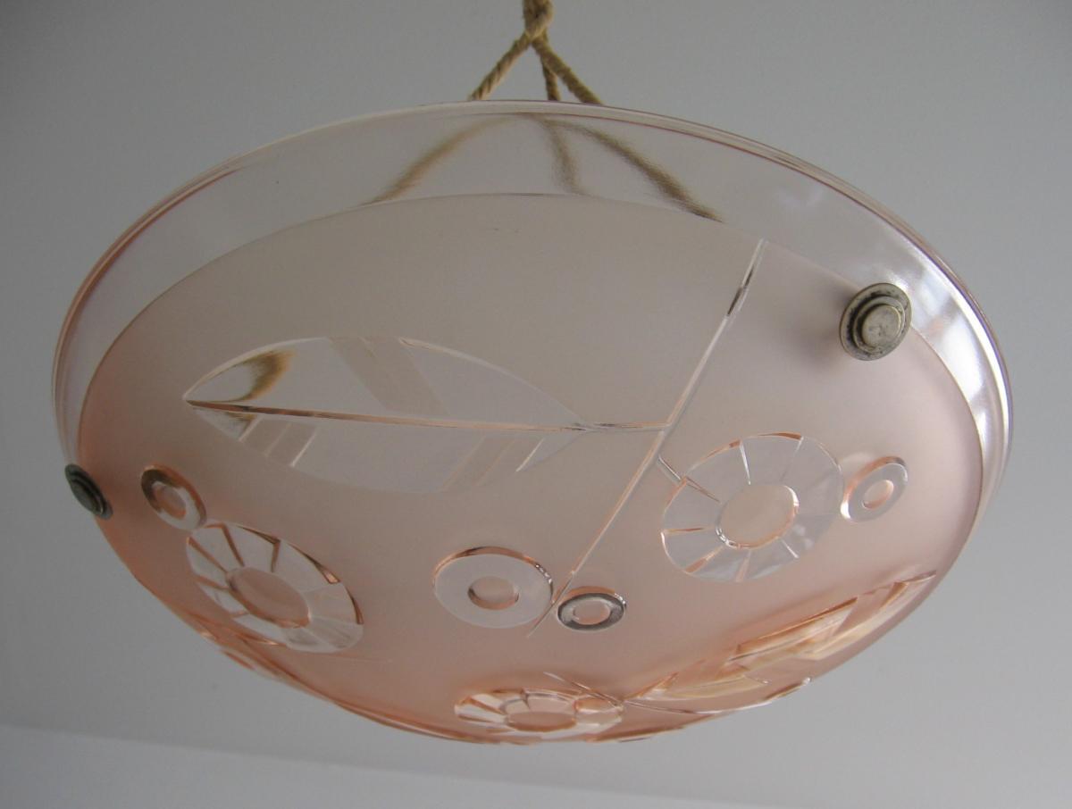 Art Deco Pressglas Lampe aus Frankreich um 1930 satiniertes rosa Glas geometrisches Blumendekor im Relief 3