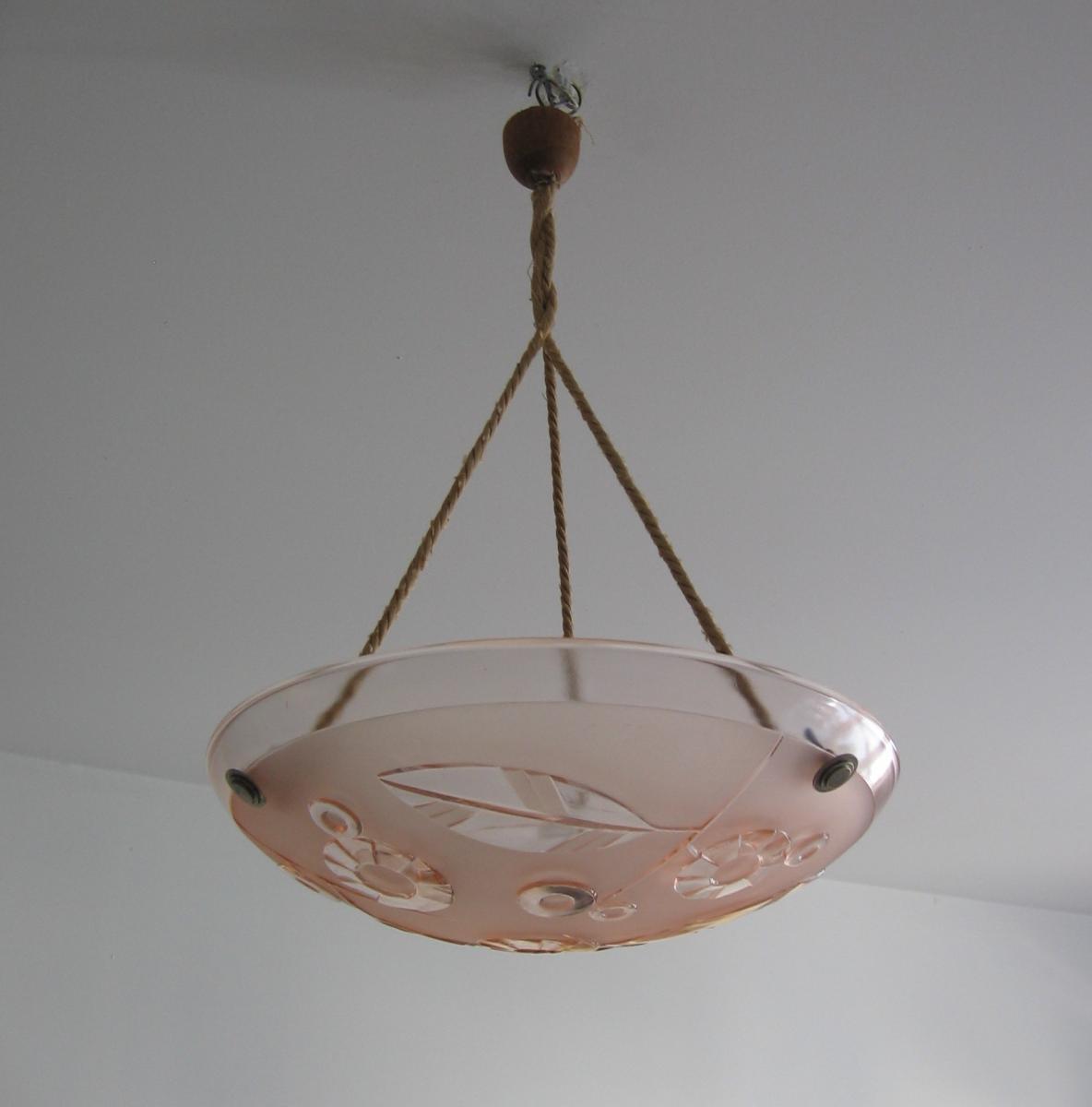 Art Deco Pressglas Lampe aus Frankreich um 1930 satiniertes rosa Glas geometrisches Blumendekor im Relief 4