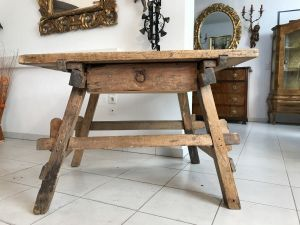 Uriger Tiroler Schragltisch aus der Zeit um 1760 Rhöntisch Traum Nussholz W3184