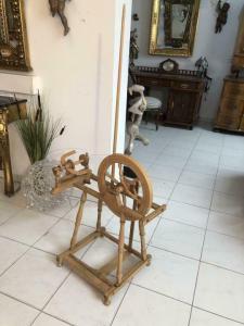 Altes restauriertes Spinnrad Holz Naturholz X1649