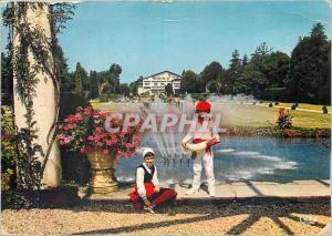 Moderne Karte Pays Basque Enfants en costume basque dans le parc d'Arnaga