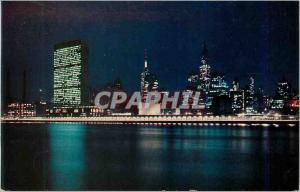 Moderne Karte United Nations and New York City Skyline By Night From Welfare Island