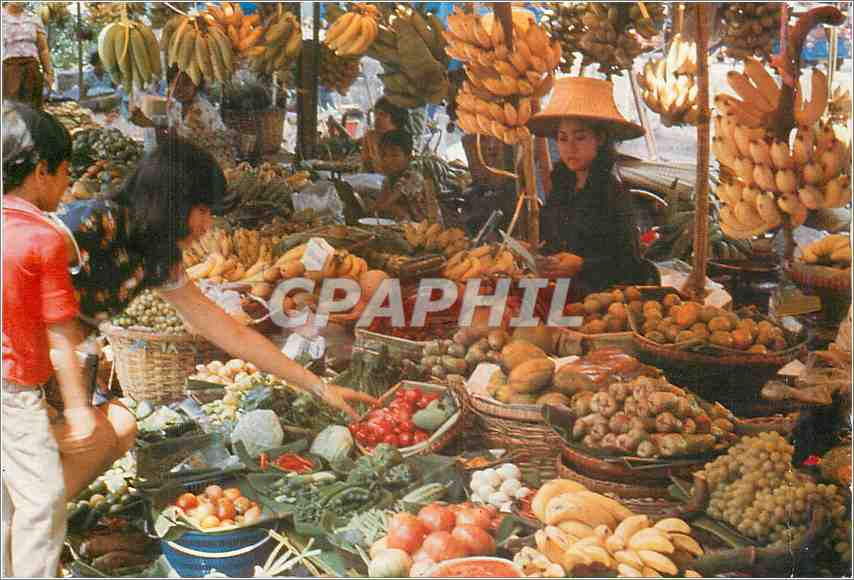 Moderne Karte An inviting array of luscient tropical fruits and vegetables shoppers at the week end market 0