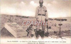 REPRO Pres de Verdun Le Colonel du 112e Regiment d'Infanterie pres de la Tombe elevee a des Soldats
