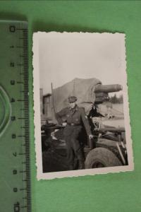 Tolles altes Foto - Soldat posiert vor einer Flak ?