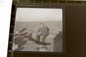 Tolles altes Negativ - Soldat Luftwaffe sitzt auf Sandbank - Afrika ???