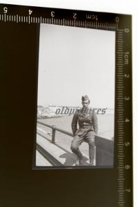 Tolles altes Negativ - Soldat Panzertruppe DAK Afrika Korps sitzt auf Brücke