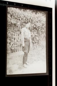 Tolles altes Negativ -  Soldat mit Armbinde mit einem S ? Uniform unbekannt ???