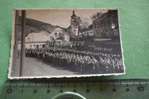 Tolles altes Foto - Einwohner begrüssen deutsche Soldaten - Spruch an Wand