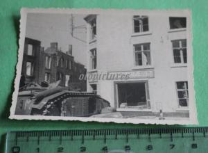 Interessantes altes Foto - zerstörter Panzer - Laden A. Delhaize & Co - ??