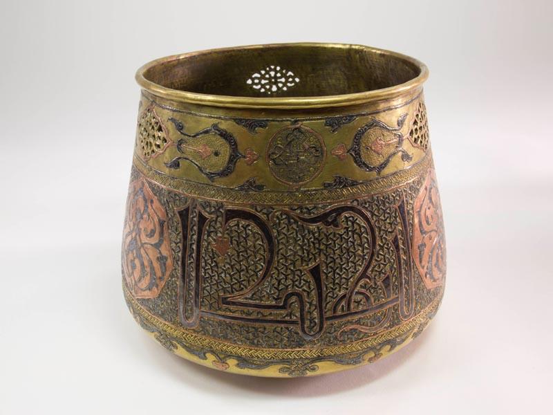 Ziergefäß, 19. Jh., Ägypten oder Syrien, Messing, sogenannte Cairoware, verziert mit Ornamenten und Schriftzügen in feiner Kupfer-, Silber- und Nielloarbeit, und durchbrochen gearbeiteten Kartuschen,