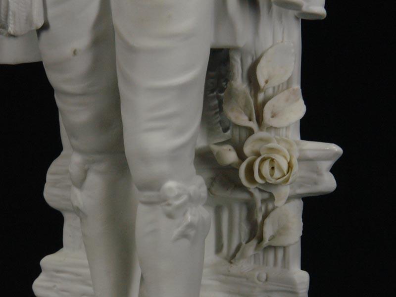 Porzellanfigur, Thüringen, Ende 19. Jh., weißes Biscuitporzellan, Knabe mit Blumen, gekleidet im Stil des ausklingenden 18. Jh. H: 33 cm 2