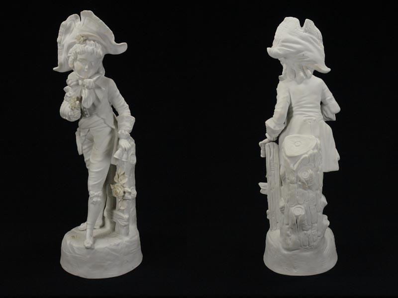 Porzellanfigur, Thüringen, Ende 19. Jh., weißes Biscuitporzellan, Knabe mit Blumen, gekleidet im Stil des ausklingenden 18. Jh. H: 33 cm 3