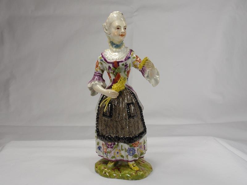 Porzellanfigur, gemarkt Limbach in braun, Aufglasur, um 1780, Figur aus einer Jahreszeitenfolge in feiner polychromer Malerei, Unterglasur, Garben in linker Hand leicht bestoßen, Figur von musealer Qualität. H: 18,5 cm 0