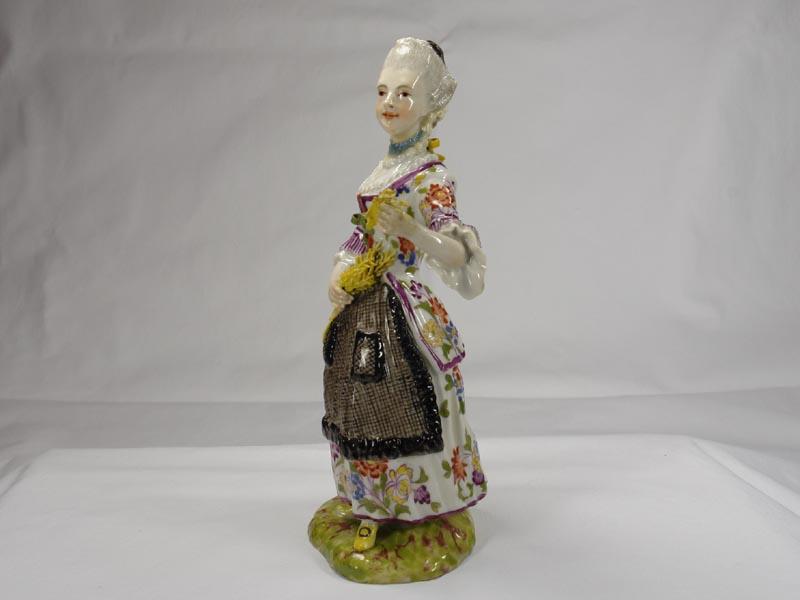 Porzellanfigur, gemarkt Limbach in braun, Aufglasur, um 1780, Figur aus einer Jahreszeitenfolge in feiner polychromer Malerei, Unterglasur, Garben in linker Hand leicht bestoßen, Figur von musealer Qualität. H: 18,5 cm 3