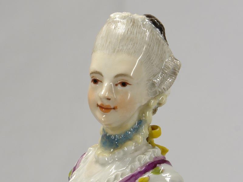 Porzellanfigur, gemarkt Limbach in braun, Aufglasur, um 1780, Figur aus einer Jahreszeitenfolge in feiner polychromer Malerei, Unterglasur, Garben in linker Hand leicht bestoßen, Figur von musealer Qualität. H: 18,5 cm 5