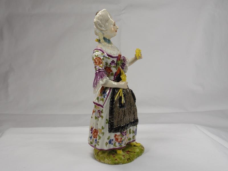 Porzellanfigur, gemarkt Limbach in braun, Aufglasur, um 1780, Figur aus einer Jahreszeitenfolge in feiner polychromer Malerei, Unterglasur, Garben in linker Hand leicht bestoßen, Figur von musealer Qualität. H: 18,5 cm 6