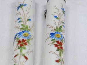 Zwei Porzellankerzen, Ende 19. Jh., wohl Frankreich, mit Blumenranken und Schmetterlingen bemalt, mit Petroleum befüllbar, ein Haarriß. H: 19 cm 2