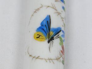 Zwei Porzellankerzen, Ende 19. Jh., wohl Frankreich, mit Blumenranken und Schmetterlingen bemalt, mit Petroleum befüllbar, ein Haarriß. H: 19 cm 3