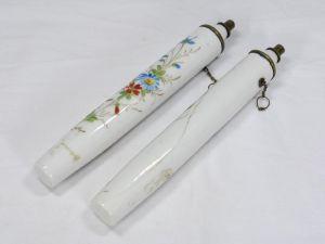Zwei Porzellankerzen, Ende 19. Jh., wohl Frankreich, mit Blumenranken und Schmetterlingen bemalt, mit Petroleum befüllbar, ein Haarriß. H: 19 cm 4