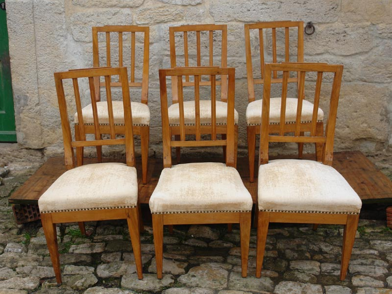 6 Stühle, Louis Seize, um 1800, heller Nußbaum, unrestauriert. Sitzhöhe: 45 cm,  Six chairs, Louis Seize, about 1800, light walnut.