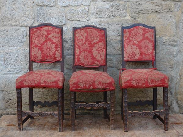 3 Stühle, um 1700, Frühbarock, süddeutsch, Linde geschnitzt und gebeizt, ein Stuhl mit älteren Ergänzungen, unrestauriert.  H: 98 cm