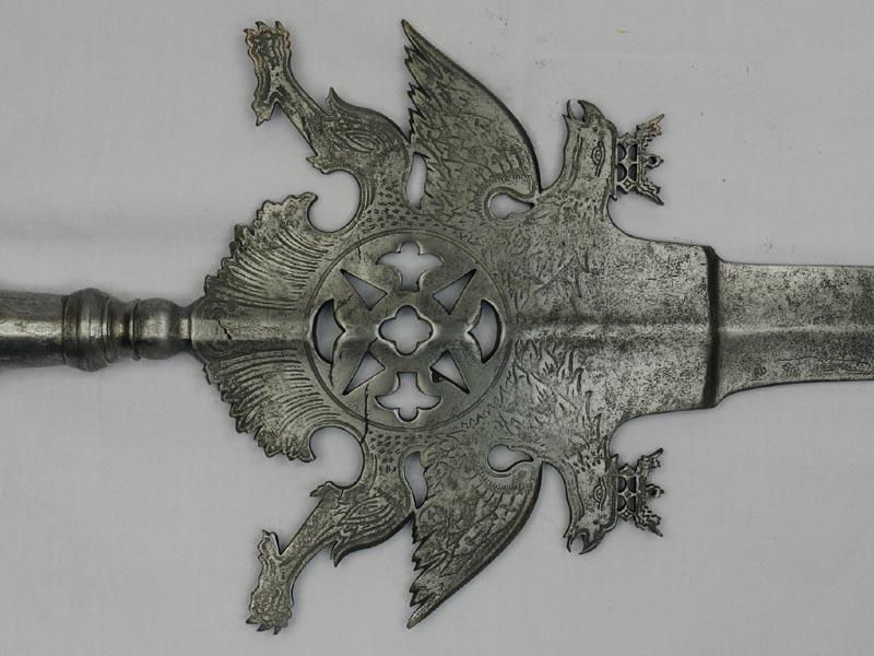 Partisane, der Hundert-Schweizergarde Trabant, um 1725, Sachsen, blattförmige Spitze mit Mittelgrat, in Form eines doppelköpfigen, bekrönten Adlers, in Eisen geätzt, im Zentrum durchbrochen gearbeiteter Kreis, konisch gewulstete Rundtülle mit zwei Scha... 3
