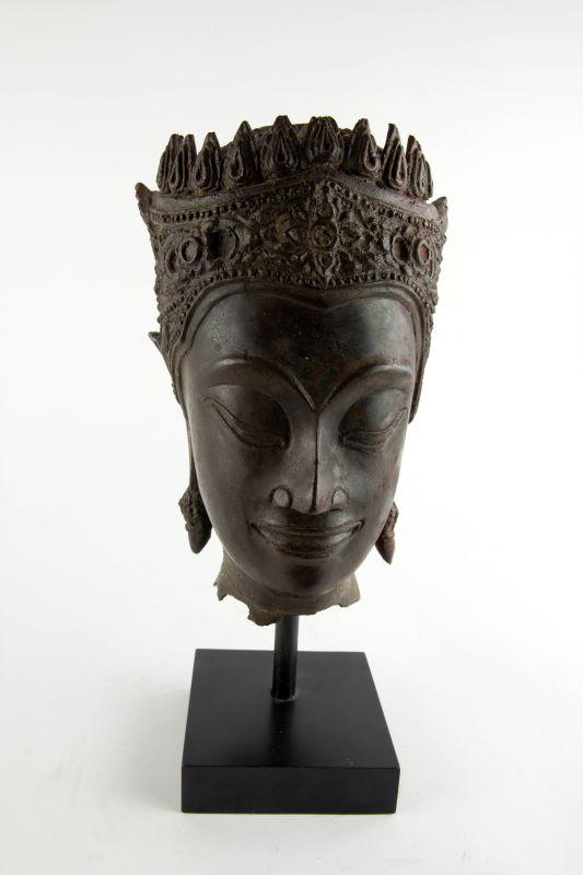 Buddha-Kopf, Thailand, Ayutthaya Periode (1350-1767), 17./18. Jh., Kopf mit königlischer Krone, Spitze fehlt, Reste von roter Kultfarbe, Ausgrabungsstück mit schön gewachsener Patina. H: gesamt 32 cm, Kopfhöhe: 22 cm 0