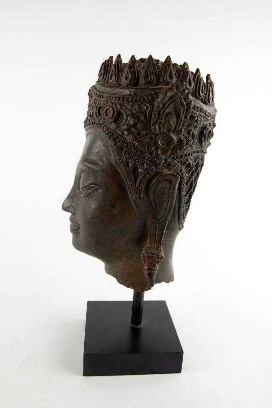 Buddha-Kopf, Thailand, Ayutthaya Periode (1350-1767), 17./18. Jh., Kopf mit königlischer Krone, Spitze fehlt, Reste von roter Kultfarbe, Ausgrabungsstück mit schön gewachsener Patina. H: gesamt 32 cm, Kopfhöhe: 22 cm 1