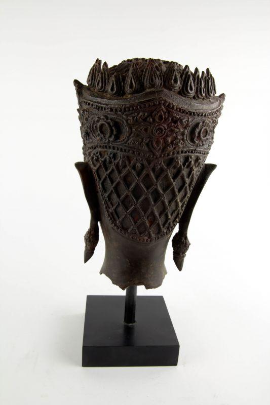 Buddha-Kopf, Thailand, Ayutthaya Periode (1350-1767), 17./18. Jh., Kopf mit königlischer Krone, Spitze fehlt, Reste von roter Kultfarbe, Ausgrabungsstück mit schön gewachsener Patina. H: gesamt 32 cm, Kopfhöhe: 22 cm 2