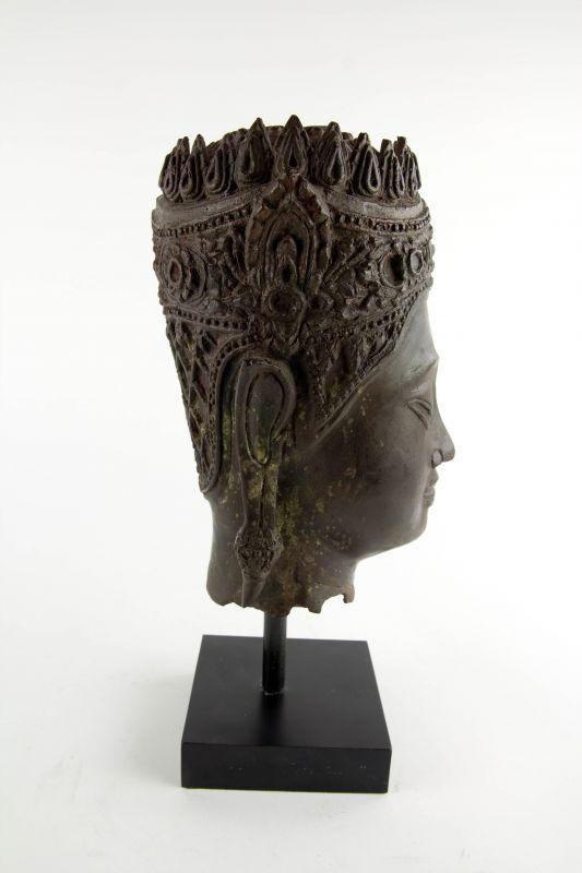 Buddha-Kopf, Thailand, Ayutthaya Periode (1350-1767), 17./18. Jh., Kopf mit königlischer Krone, Spitze fehlt, Reste von roter Kultfarbe, Ausgrabungsstück mit schön gewachsener Patina. H: gesamt 32 cm, Kopfhöhe: 22 cm 3