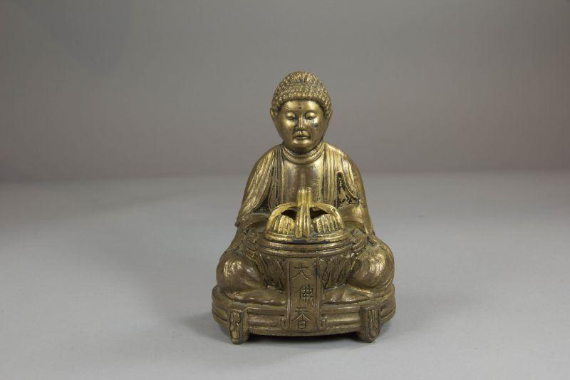Räuchergefäß, China, 20. Jh., Bronze, in Form eines Mönchs mit Koro-Gefäß, Deckel abnehmbar, Reste einer Vergoldung. H: 11 cm
