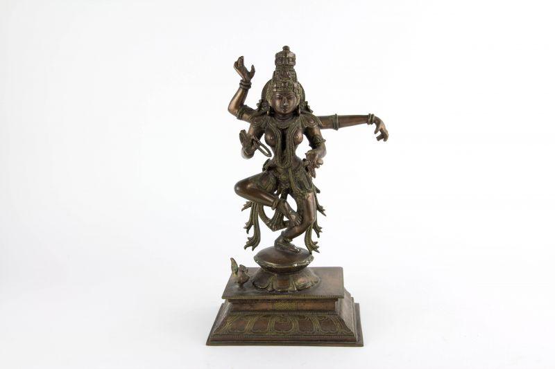 Figur, Indien, 20. Jh., Kupfer-Bronze, Tanzender Shiva auf quadratischen Sockel, graviert, schöne Ausformung, Gebrauchsspuren. H: 30 cm