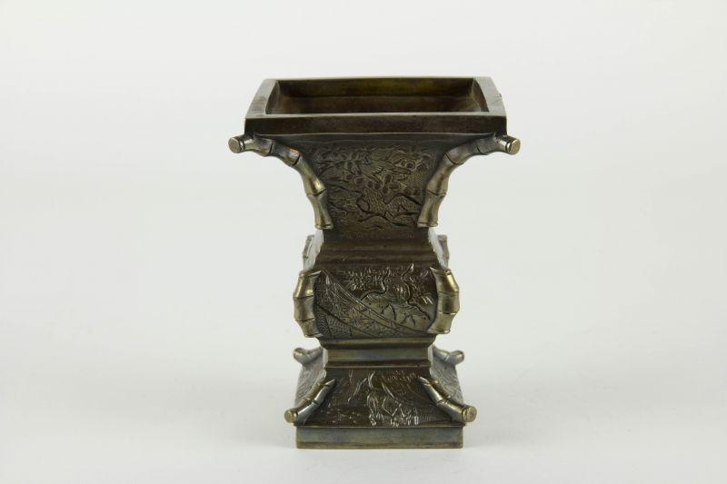 Vase, China, 19./20. Jh., ZUN - Vase, fein graviert und geschnitten mit Tier- und Blumenmotiven, Kanten als Bambuszweige gearbeitet, Gebrauchsspuren. H: 13 cm