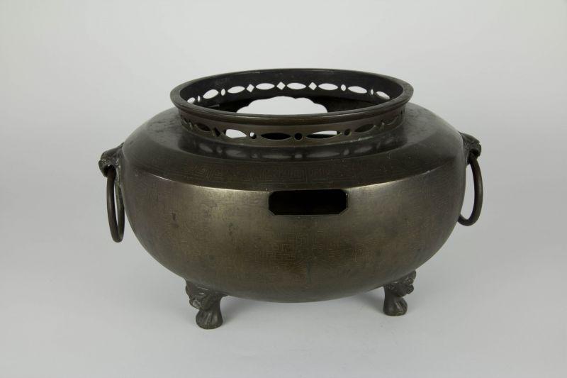 Fūro, Japan, Edo/Meiji Periode, Fūro (bewegliches Kohlebecken), Bronze, mit Silbereinlagen, ausgefallen und selten, Gebrauchsspuren. D: 30 cm, H: 21 cm