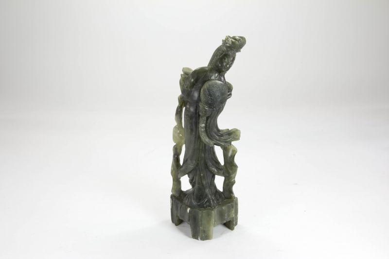 Figur, China, 20. Jh., Jade, Frau, Gebrauchsspuren, unbeschädigt. H: 21 cm