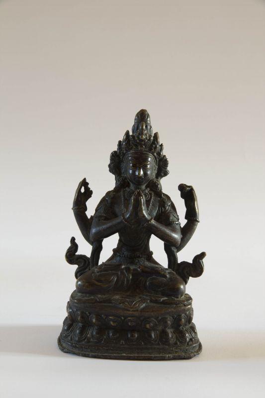 """Shadakshari Avalokiteshvara, Tibet, 17./18. Jh., Bronze,  (Avalokiteshvara ist im Mahayana der  des universellen Mitgefühls und heißt wörtlich übersetzt """"der Herr, der die Welt betrachtet""""), Figur im Lotussitz auf doppelten Lotustron sitzend, die erste..."""