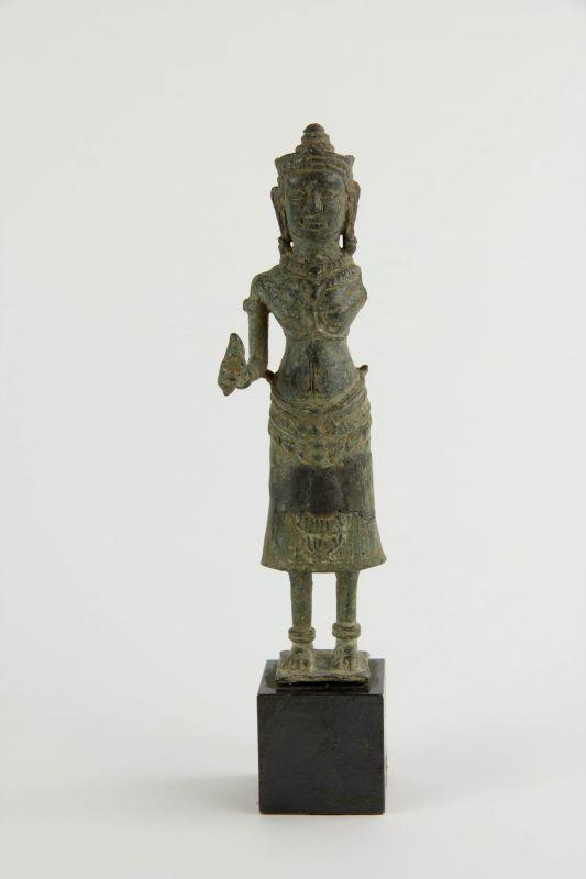 Buddha, Kambodscha, 12./13. Jh., Khmer Angkor Periode, Bronze, ein Arm fehlt, Figur zusammengesetzt (restauriert), auf modernen Sockel, starke Gebrauchsspuren, H: 17,5 cm