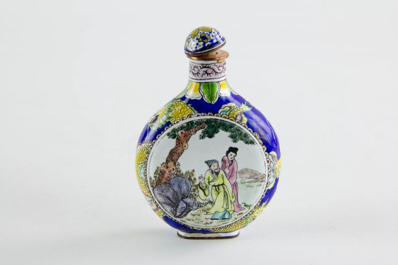 Schnupftabak-flasche, China, 20. Jh., Emaille auf den flachen Seiten Medaillons mit Figurendarstellungen, umlaufend mit gelben Drachen verziert, minimale Gebrauchsspuren. H: 7,5 cm