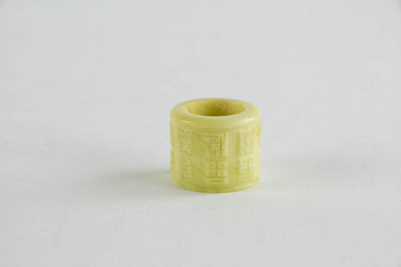 Daumenring, China, 20. Jh., Jade, für Bogenschützen, Gebrauchsspuren. D: 3,4 cm, H: 3,7 cm