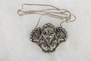 Anhänger, Schweden, 20. Jh., Silber, gestempelt S, in Form von Blumenbouquets, besetzt mit farblosen Steinen, gewürfelte Kette vermutlich später. H: 3,5 cm, B: 4,5 cm
