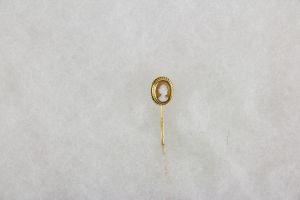 Krawattennadel, 20. Jh., Gold undeutlich gestempelt, Gemme, Gebrauchsspuren, guter Zustand. L: 6 cm