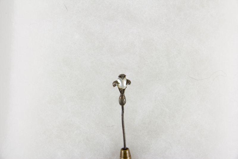 2 Krawattennadeln, Schweden, 20. Jh., 1: Silber mit Halbperle, 2: vergoldet mit Anhänger als Blüte mit Granaten besetzt, gebrauchter, guter Zustand. L: 6 cm, 6,5 cm