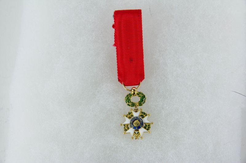 Ordensminiatur, Frankreich, 20. Jh., Miniatur zum Orden der Ehrenlegion, Offizier, 18 K Gold, gepunzt mit Adlekopfmarke, 9. Modell, guter Zustand.
