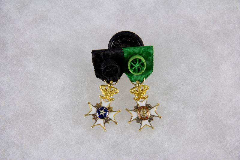 Miniaturspange,  Schweden, erste Hälfte 20. Jh., Miniaturen des Nordsternordens Offizier und des  Wasa Ordens Offizier, 18 Karat Gold, sehr feine Qualität, Tragespuren.   H: 28 mm