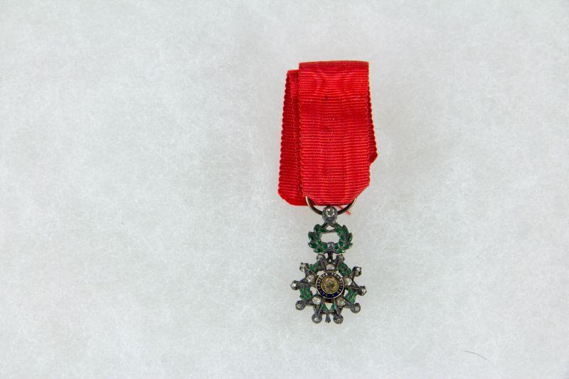 Ordensminiatur, Frankreich, 20. Jh., Miniatur zum Orden der Ehrenlegion, Offizier, Gold, mit Rosendiamanten 9. Modell, im Etui, guter Zustand