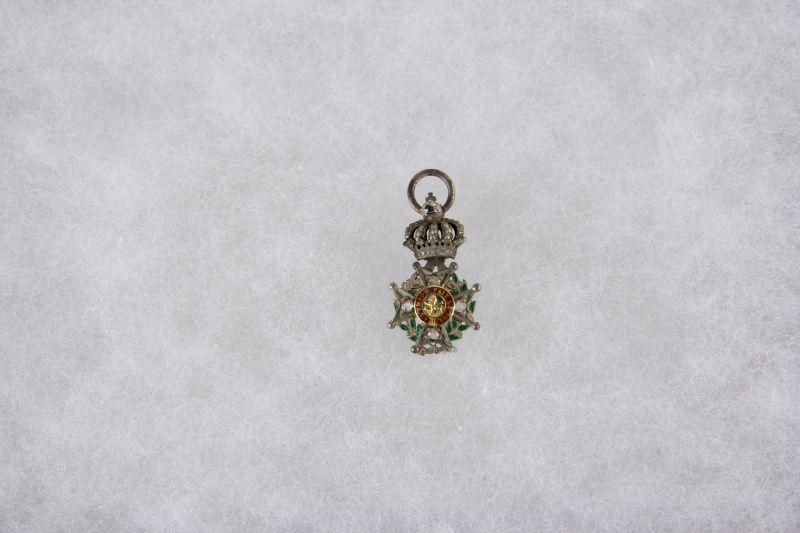 Ordensminiatur,  Belgien, 20. Jh., Miniatur zum Leopold Orden, Silber, Goldmedaillon, Rückenmedaillon fehlt, starke Leimspuren, mit Rosendiamanten besetzt, Emaille beschädigt.   H: 22 cm