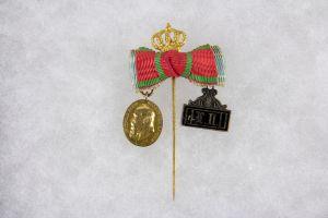 Ausgefallene Miniaturorden Nadel,  Bayern, um 1900, mit zwei Ordensbändern als Schleife, bekrönt, Miniaturen zu den Orden: Jubiläumsmedaille für die Bayerische Armee, Bronze vergoldet und Landwehr DA, 2. Klasse, Silber, emailliert, guter Zustand
